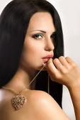 Donna con collana a forma di cuore — Foto Stock