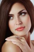 Femme avec bague bijoux. — Photo