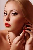 Belle femme avec des bijoux. — Photo