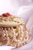 Jewelry box. Casket. Beautiful pearl jewelry — Stock Photo