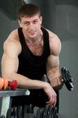 Uomo giovane sportivo muscolare — Foto Stock
