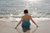 Belle jeune fille à la plage — Photo