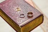Anneaux de mariage sur un Évangile — Photo