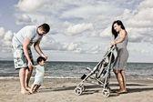 Mutlu bir aile sahilde — Stok fotoğraf