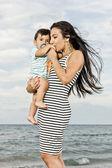 Glückliche Mutter am Strand — Stockfoto