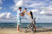 Glückliche familie am strand — Stockfoto
