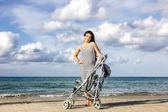 Happy mum at the beach — Stockfoto
