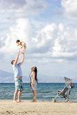 幸福的家庭,在海滩上 — 图库照片