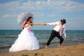 Bruid en bruidegom op het strand — Stockfoto