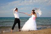 Nevěsta a ženich na pláži — Stock fotografie