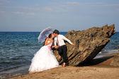 Braut und bräutigam am strand — Stockfoto