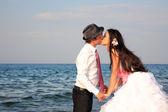 Noiva e o noivo na praia — Foto Stock