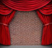 Cortinas rojas en una pared de ladrillo — Foto de Stock