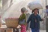 Locals at the Nyaung-U market — Stock Photo