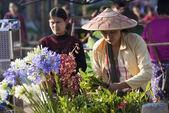 Flower vendor at Kalaw market — Stock Photo