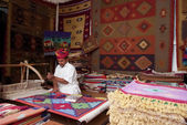 Craftsman uses handloom to produce rugs — Stock Photo