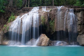 Waterfalls cascading off small cliffs — Stockfoto