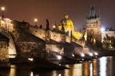 在布拉格,夜未央,捷克共和国查理大桥 — 图库照片