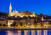 Vista nocturna de la iglesia de matías, budapest — Foto de Stock