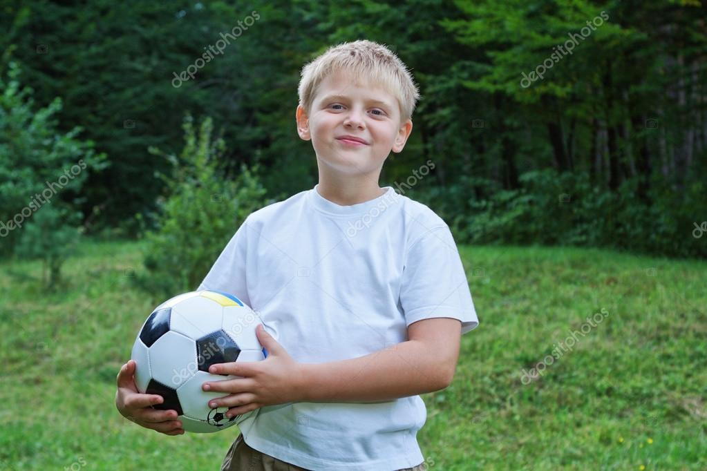 Boy football player with ball on nature. — Stock Photo #12574526