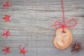 рождественское печенье и звездчатого аниса. на текстурированной древесины. — Стоковое фото