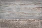 Sacs de toile tissée sur la texture du bois. — Photo