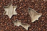 圣诞节中组项上木质纹理的咖啡豆. — 图库照片