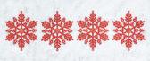 четыре декоративных рождество снежинки крупным планом на снегу. — Стоковое фото