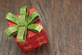 木製のテクスチャのクローズ アップのボウ付きクリスマス ギフト ボックス. — ストック写真