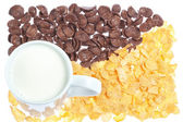 Cup of milk on a background corn flakes and chocolate flakes. — Stockfoto