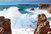 Burza i wysokie fale na morzu na wybrzeżu portugalii, sa — Zdjęcie stockowe