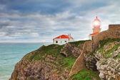 Historický maják na mysu moři. portugalsko. — Stock fotografie
