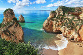 Dağlar ve güzel manzaralı Sahil güzel koydur. p — Stok fotoğraf