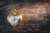 Relógio de bolso de ouro antigo, em forma de coração. — Fotografia Stock