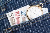 Reloj de bolsillo en sus pantalones y pantalones vaqueros con el euro de dinero. closeup. — Foto de Stock