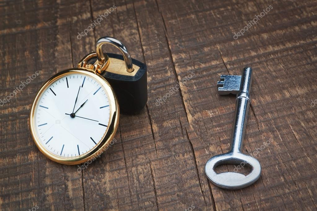 Padlock store time and the key controls. The concept time management. — Stock Photo #20001409
