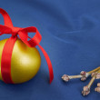 Easter golden egg with a red bow on a blue background. — Stock Photo #21016145