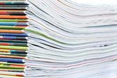 En stor bunt med färgglada tidningar. närbild. — Stockfoto