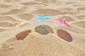 Små parasoller på stranden nära havet. — Stockfoto