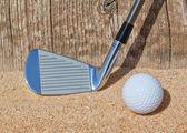 ゴルフ スティックとボールは、砂の上木製のクローズ アップをサポートします。. — ストック写真
