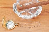 Retro beeld van gouden zakhorloge en een havana sigaar in de ashtr — Stockfoto