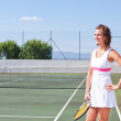 Beautiful young girl with a tennis racket ready to exercise. Clo — Stock Photo