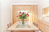 The living room of a beautiful bouquet of red roses in a vase. O — Stock Photo