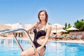 Linda garota fora da piscina depois de nadar. no verão t — Foto Stock