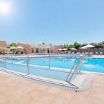 piscine moderne et une piste pour les personnes handicapées. en été, th — Photo