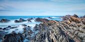 Deniz ve kayalıklarla panoraması. bulanık dalgalar. — Stok fotoğraf