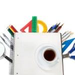 zestaw narzędzi pakietu office na notebooka do notatki i filiżankę cof — Zdjęcie stockowe