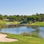 ポルトガルのスポーツのゴルフ公園。湖および噴水の近く — ストック写真