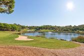 Sports Park for a game of golf. With the lake and fountain. — Stock Photo