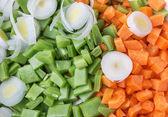 Legumes ervilhas e cenouras corte para salada e sopa. close-up. — Foto Stock